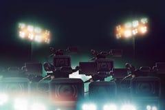 Beaucoup caméra vidéo de presse avec la lumière dans le stade photo stock