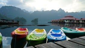 Beaucoup canoë coloré devant la station de vacances de radeau Photos stock