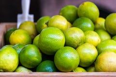 Beaucoup chaux jaune verte fraîche sur le seau en bois, récolte de chaux, Photo stock