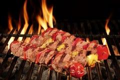 Beaucoup chiche-kebab sur le gril flamboyant de charbon de bois de BBQ Photos libres de droits