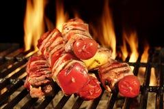 Beaucoup chiche-kebab sur le gril flamboyant de charbon de bois de BBQ Images stock