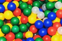 Beaucoup colorent les boules en plastique de la petite ville du ` s d'enfants Image libre de droits