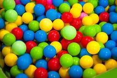 Beaucoup colorent les boules en plastique pour le fond Photo stock