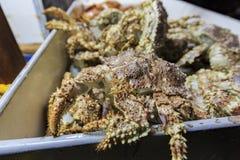 Beaucoup crabe frais à la poissonnerie de la plage de Newport Photo stock