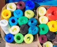 Beaucoup d'écheveaux des cordes colorées Image stock