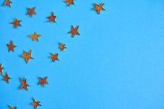 Beaucoup d'étoiles de jaune sur le fond bleu Maquette de conception Image libre de droits