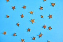 Beaucoup d'étoiles de jaune sur le fond bleu Maquette de conception Photos libres de droits