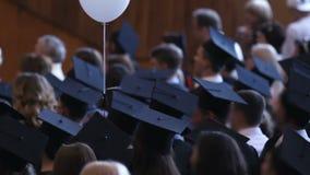 Beaucoup d'étudiants écoutant des félicitations à la cérémonie, célébrant l'obtention du diplôme clips vidéos