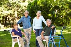 Beaucoup d'aînés s'asseyant en vert Images libres de droits