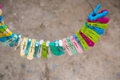 Beaucoup d'agrafes colorées de tissu, étant câblé avec le fond de fil et de tache floue image pour le fond, papier peint image libre de droits