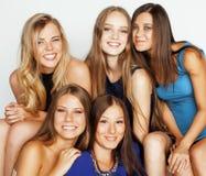 Beaucoup d'amies étreignant la célébration sur le fond blanc, fin parlante de sourire de causerie  Image libre de droits