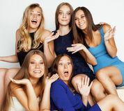 Beaucoup d'amies étreignant la célébration sur le fond blanc, fin parlante de sourire de causerie  Images stock