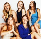 Beaucoup d'amies étreignant la célébration sur le fond blanc, smilin Image libre de droits