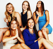 Beaucoup d'amies étreignant la célébration sur le fond blanc, smilin Image stock