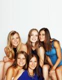 Beaucoup d'amies étreignant la célébration sur le fond blanc, smilin Photographie stock