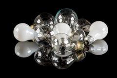 Beaucoup d'ampoules incandescentes de différents types sur une table Photographie stock libre de droits