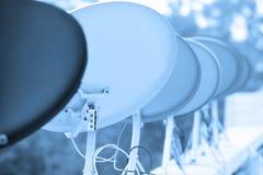 Beaucoup d'antennes paraboliques dans une rangée Photos libres de droits
