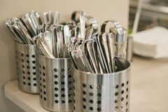 Beaucoup d'appareils de cuisine propres : les cuillères, fourchettes, couteaux se trouvent ensemble photos libres de droits