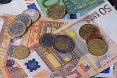Beaucoup d'argent avec d'euro billets et pièces image libre de droits