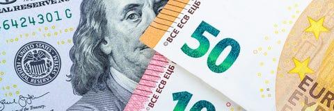 Beaucoup d'argent européen Différentes dénominations sur un fond gris 5, 10, 50 euros photo libre de droits