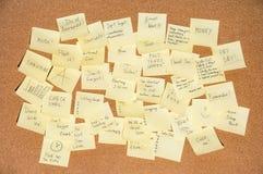 Beaucoup d'autocollants pour des notes avec le texte sur un liège embarquent photos libres de droits