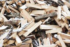 Beaucoup d'en bois ouvre une session la pile de neige-couvrir Photos libres de droits
