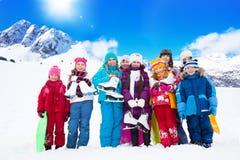 Beaucoup d'enfants avec des patins de glace Images libres de droits