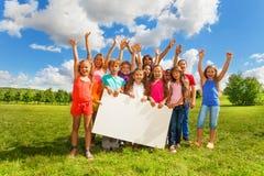 Beaucoup d'enfants avec le conseil blanc Photos stock