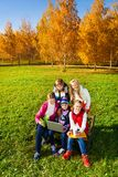 Beaucoup d'enfants d'ado avec l'ordinateur Image stock
