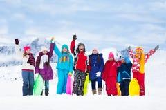 Beaucoup d'enfants dehors en hiver Images stock