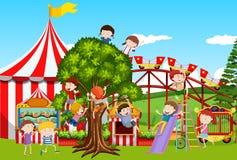 Beaucoup d'enfants jouant en parc d'amusement Image stock
