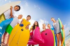 Beaucoup d'enfants sur la plage avec la substance de natation Photographie stock