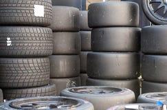 Beaucoup d'ensembles de car& x27 de sport automobile ; pneus de emballage luisants et humides de s Photo libre de droits