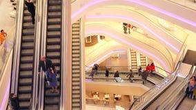 Beaucoup d'escalators dans le mail l'Ukraine, Kiev 01 17 Centre commercial 18 TSUM clips vidéos