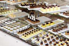 Beaucoup d'espèces de petits gâteaux dans une boutique de pâtisserie Photographie stock