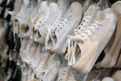 Beaucoup d'espadrille blanche accrochent dans un magasin de chaussures Image libre de droits