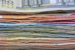 Beaucoup d'euro factures utilisées de différentes valeurs photo stock