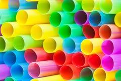 Beaucoup d'extrémités des pailles à boire en plastique multicolores Image libre de droits