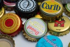 Beaucoup d'hauts étroits de différents chapeaux de bière images stock