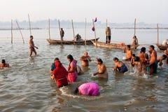 Beaucoup d'hommes et de femmes se baignent en rivière sainte Photo stock