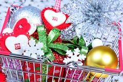 Beaucoup d'objets de Noël dans un panier photos stock