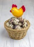 Beaucoup d'oeufs de caille dans le panier, décoré d'un oiseau fait main photo libre de droits