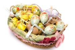 Beaucoup d'oeufs de pâques dans un panier Photographie stock libre de droits