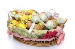 Beaucoup d'oeufs de pâques dans un panier Photos stock