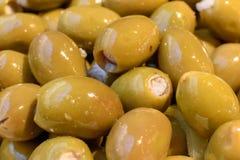 Beaucoup d'olives bourrées en huile d'olive Images stock