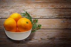 Beaucoup d'oranges dans le panier Photo stock