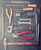 Beaucoup d'outils de travail sur une table concrète noire Photos stock