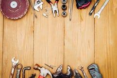Beaucoup d'outils sur le fond en bois Photographie stock