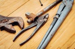 Beaucoup d'outils sur le fond en bois Image stock