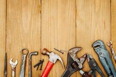 Beaucoup d'outils sur le fond en bois Photo stock
